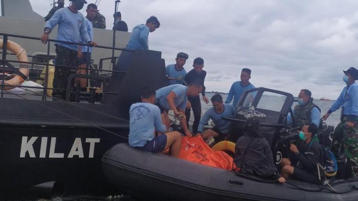 2-kantong-terkait-evakuasi-sriwijaya-air-sj182-diangkut-ke-kri-rigel_169.jpeg