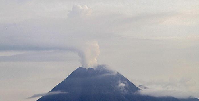 gunung-merapi-semburkan-asap-sulfatara-4_169.jpeg