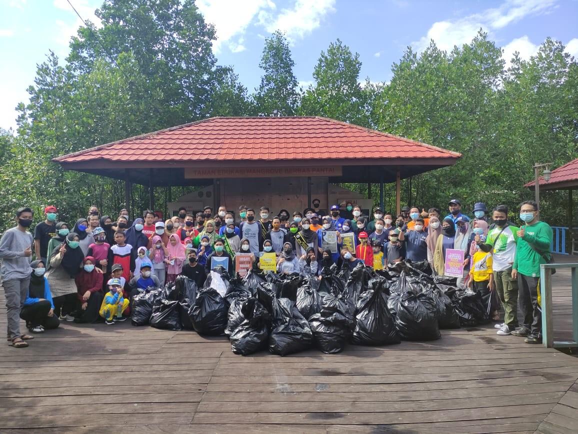 Peringati Hari Lingkungan Hidup Sedunia, Puluhan Organisasi Bersihkan Sampah di Mangrove Park