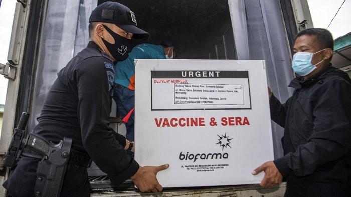 30000-dosis-vaksin-sinovac-tiba-di-palembang-1_169.jpeg