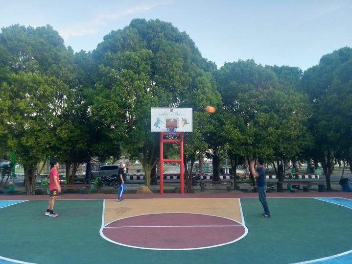 Lapangan_Basket_di_Stadion_Bessai_Berinta_(Lang-lang).jpg
