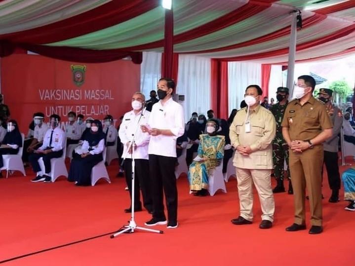 Presiden_Joko_Widodo_(kemeja_putih).jpg