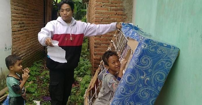 arofatur-rohman-pembeli-spring-bed-abal-abal-di-kota-pekalongan-selasa-512021_169.jpeg